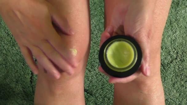 Žena, že mast krém na špatné zraněné koleno