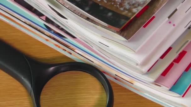 hromadu novin a brýle na čtení
