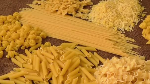 különböző típusú és formájú olasz tészta