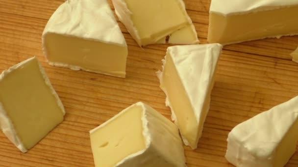 Ochutnávka krájený sýr camembert