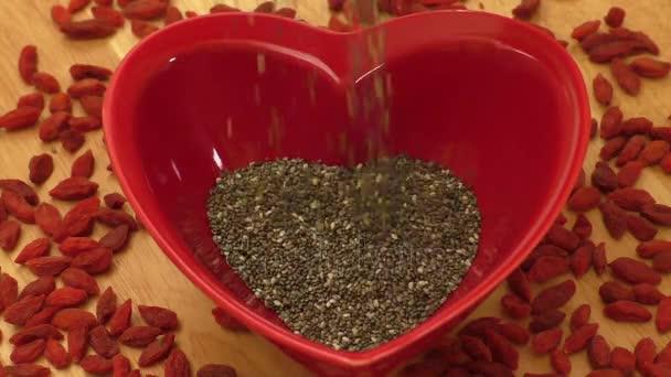 Chia semínka v srdci tvarované keramické mísy a lilkovité.