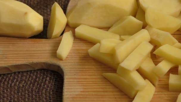 Staré brambory nakrájené na prkně