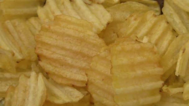 Vlnitý bramborové lupínky na dřevěné pozadí