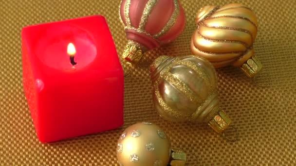 Rote Weihnachtskerze und Weihnachtsschmuck