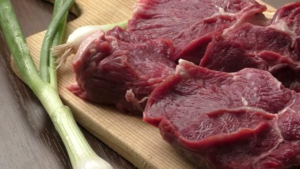 Čerstvé syrové hovězí maso na dřevěné krájecí desky