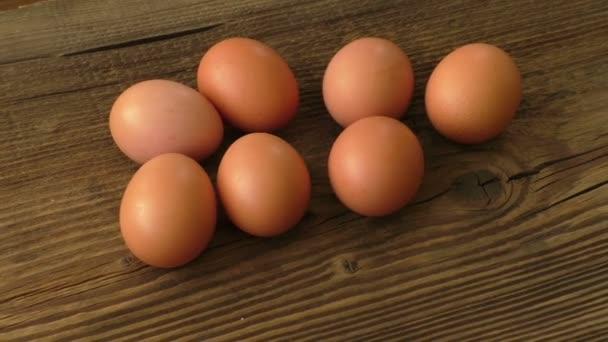 Barna tojás a fa tábla