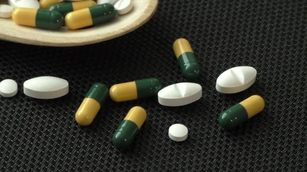 Sortiment farmaceutické medicíny pilulky, tablety a kapsle na dřevěné lžíce