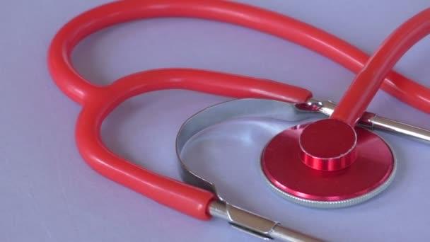 rotes medizinisches Stethoskop. Medizinisches Instrument zum Zuhören