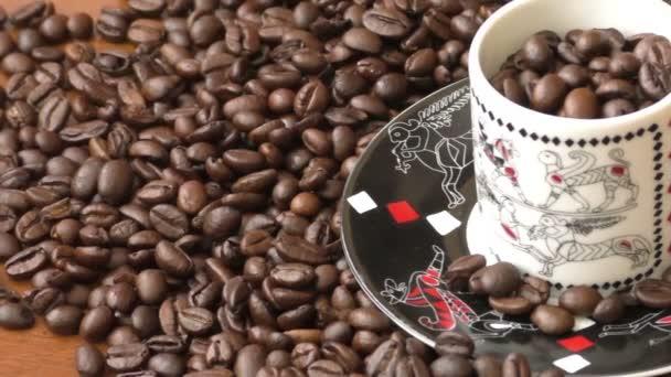 Kaffeebohnen, Kaffeebohnen auf Holztisch, Kaffeebohnen Hintergrund