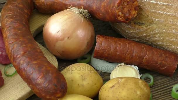 Čerstvé řezník střih sortimentu masa, ozdobené na dřevěné rustikální pozadí.