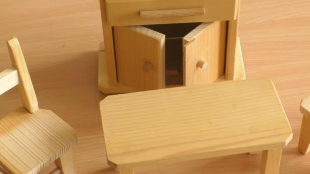 Dřevěné panenky nábytek: stůl, židle a bufet. Miniaturní dřevěné hračky nábytek pro děti.