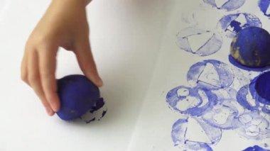 Házi burgonya a bélyegkészítés. Kreativitásukat, rajz létrehozásának folyamatát. Gyermek művészeti projekt, egy kézműves gyerekeknek