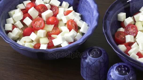 Salát s cherry rajčátky a kozím sýrem s kostičky