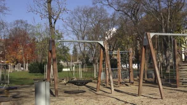 Kinderspielplatz Aktivitäten im öffentlichen Park, umgeben von Bäumen.
