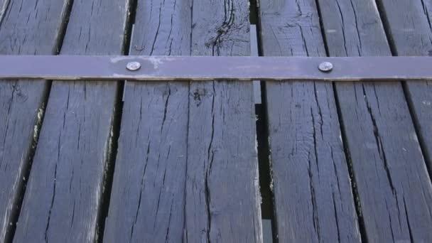 Dřevěné prkenné podlahy, parkety. Pohled na starý most dřevo panel