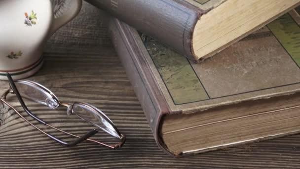 Staré knihy s čtení brýle na dřevěný stůl