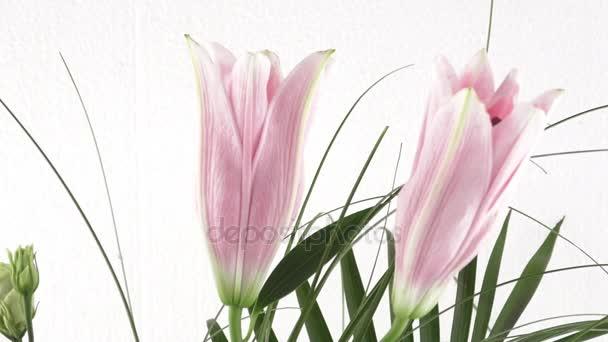 Bouquet di fiori gigli. Bouquet di fiori dentellare del giglio isolato su priorità bassa bianca