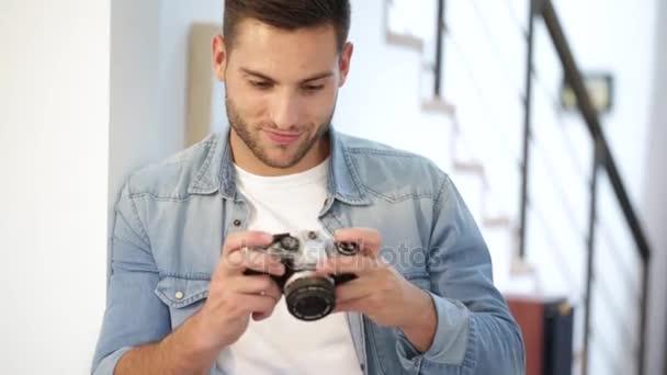 Mann zu Hause mit Oldtimer-Spiegelreflexkamera