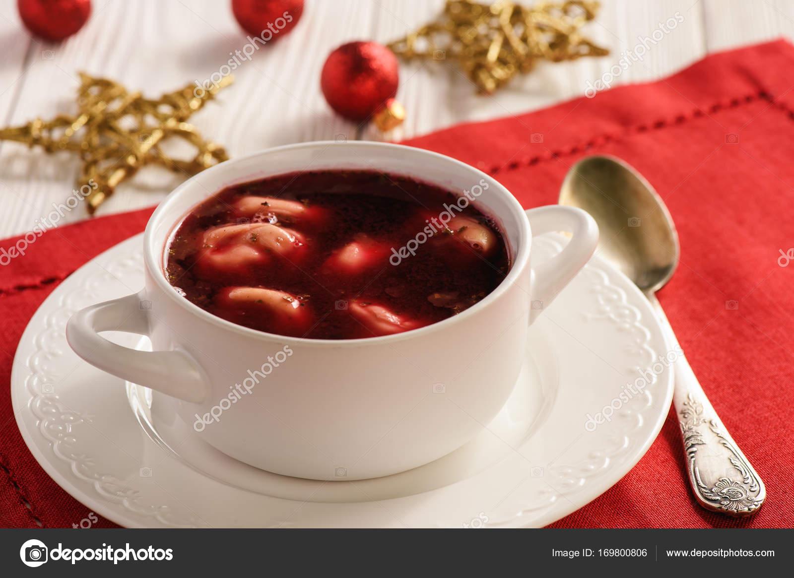 Traditionelle polnische Weihnacht Suppe - rote Borschtsch-Suppe mit ...