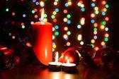 Hořící svíčku na stůl s vánoční ozdoby