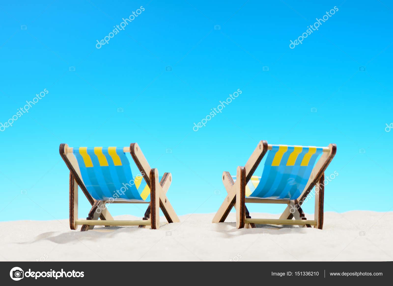 Dos Hamacas En La Playa Sobre Fondo De Cielo Azul Foto
