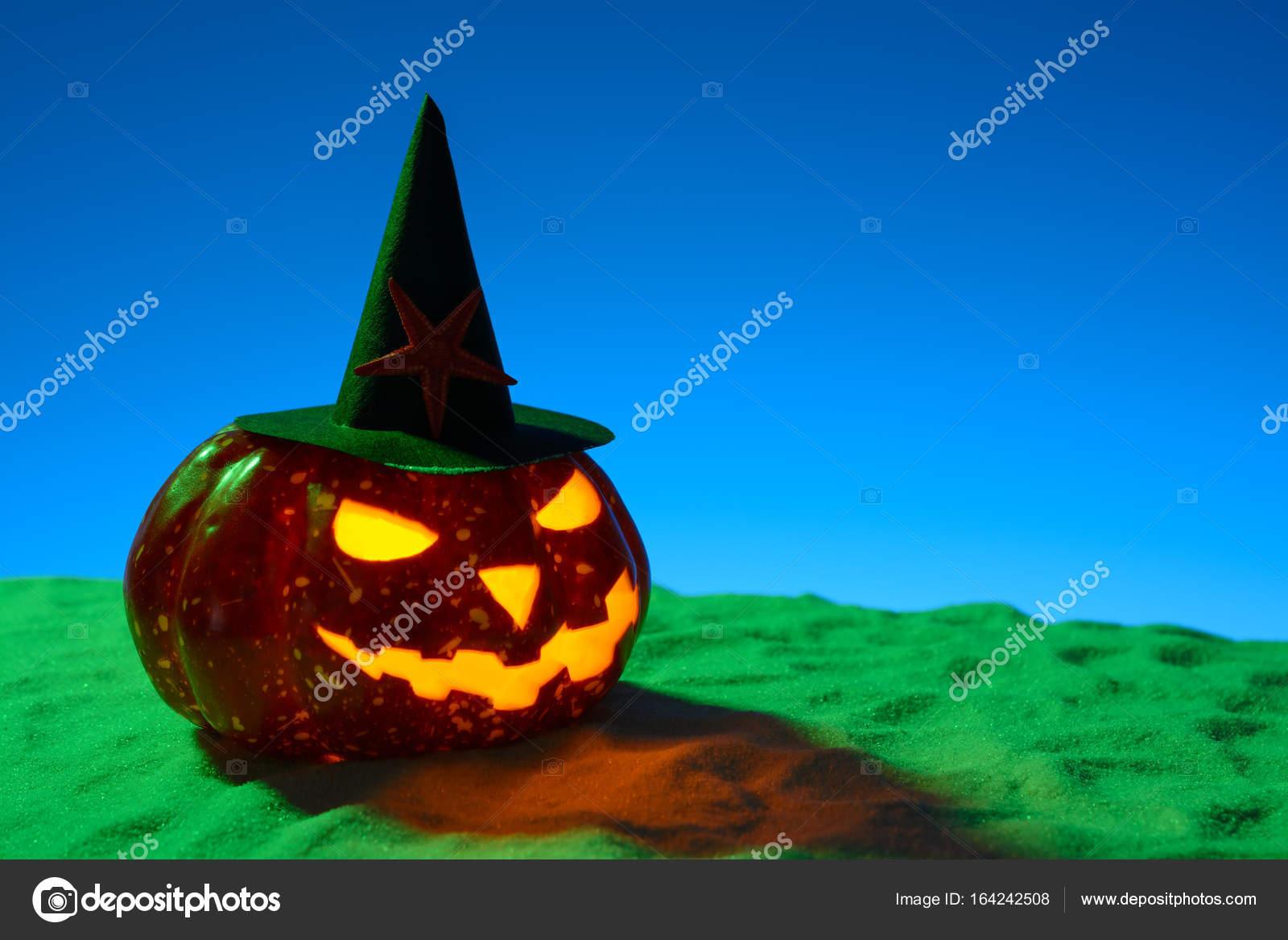Zucche Di Halloween Terrificanti.Zucca Di Halloween Terrificante Sulla Sabbia Foto Stock C Ramif
