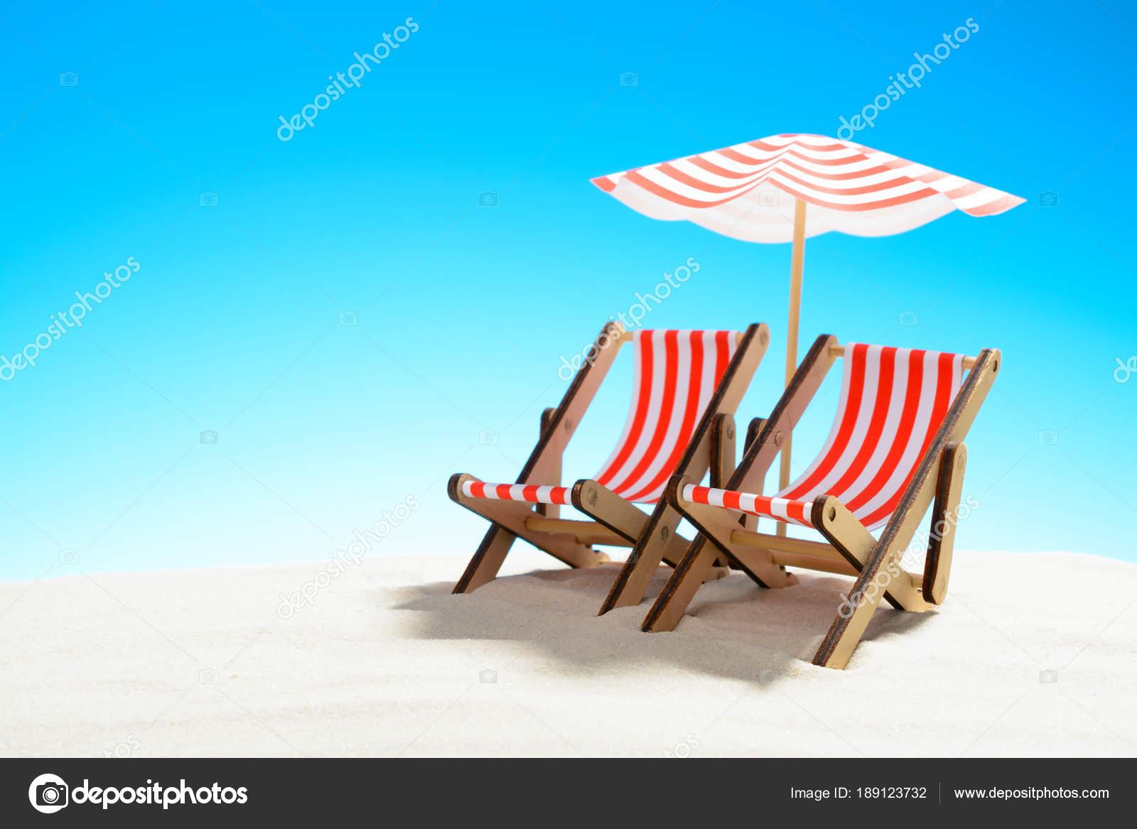 Ombrellone Due Sotto Un Spiaggia Di Sabbia Chaise Sulla Longue LVGpqSzjUM