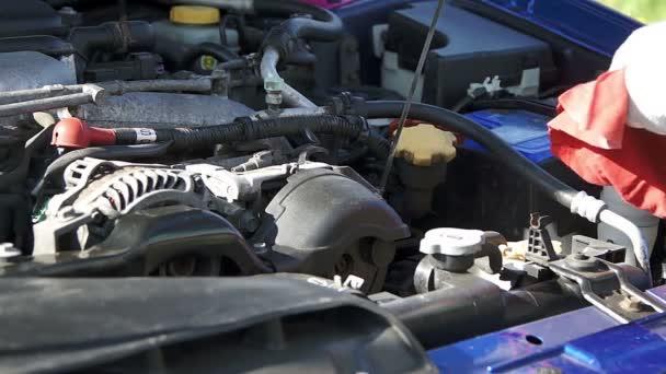 Oprava muž kontrolu motorový olej