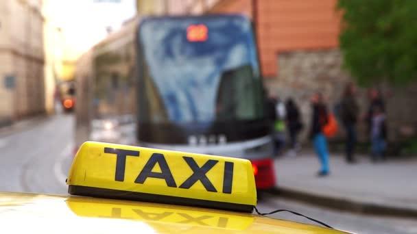Taxíky čekají cestující