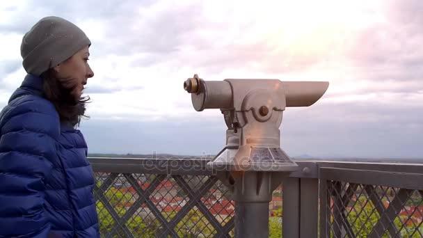 Mladá žena Kavkazský přiblíží dalekohled