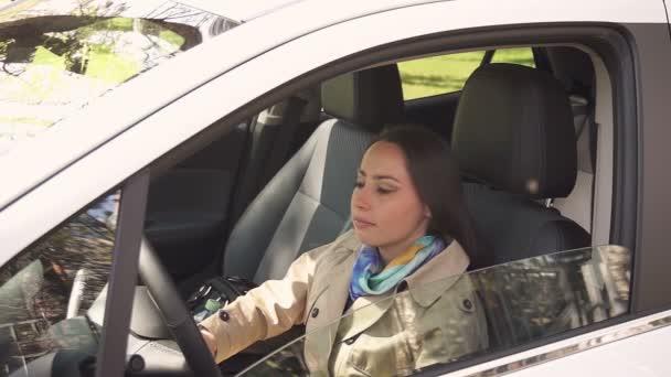 Lány mosolyog autó ablaküvegen keresztül