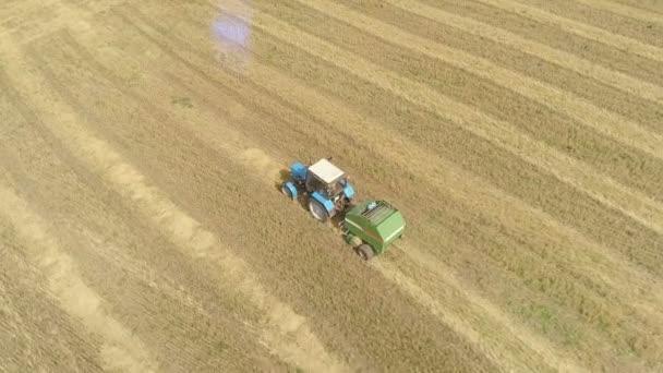Letecký záznam z dronu farmářského traktoru na poli