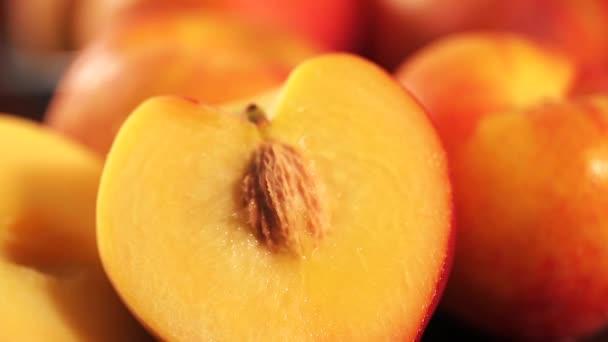 Édes friss nektarin dolly-shot a természetes fény a régi fa