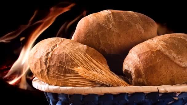 Koš Integrál francouzský chléb, tradiční brazilské chléb s ohněm pozadím