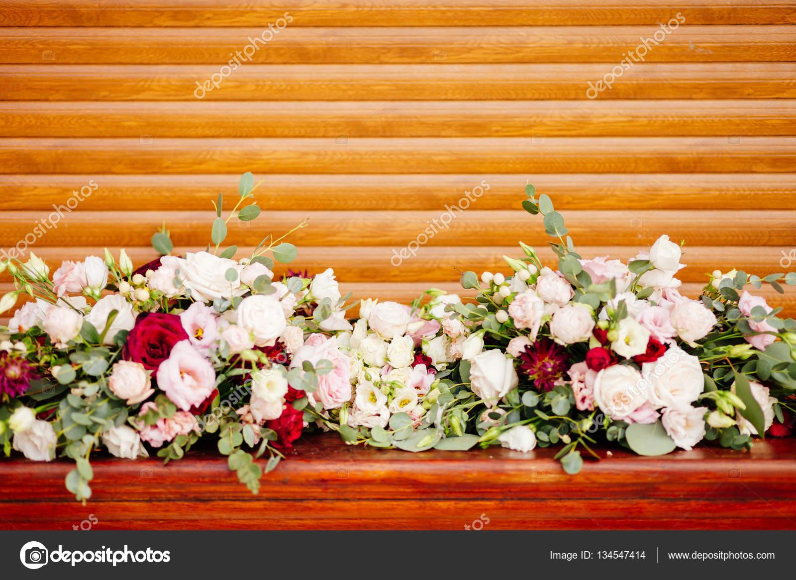 Bruiloft bloemen decoratie op houten achtergrond for Bloemen decoratie