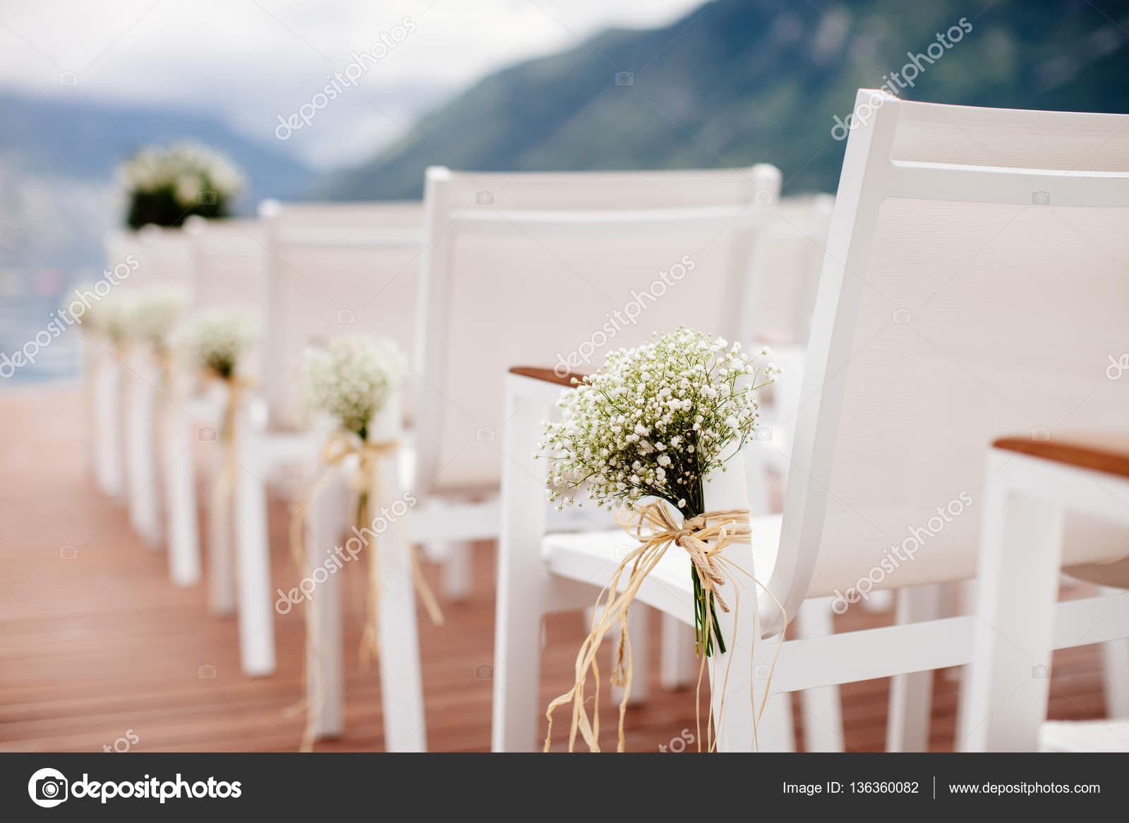 Hochzeit Stuhle Mit Blumen Dekoration Stockfoto C Shevtsovy 136360082