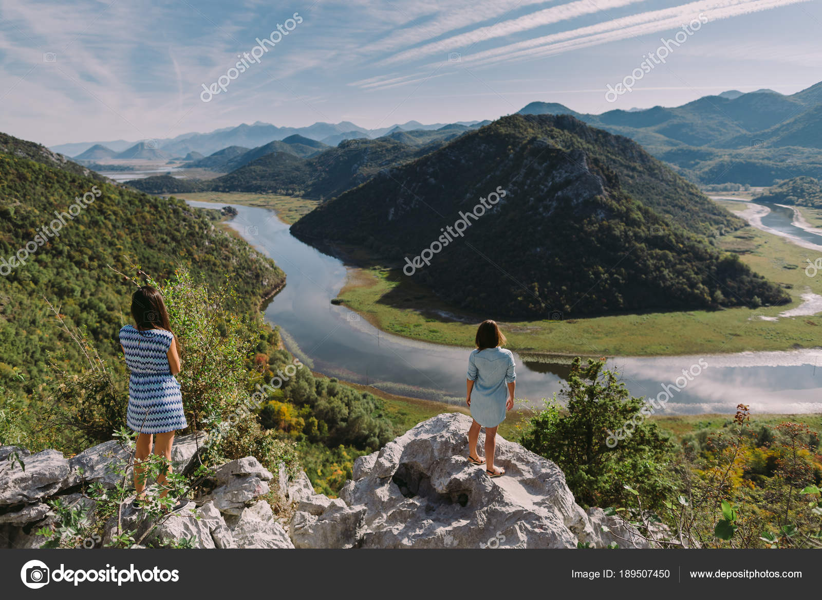 Two Girls Travelling Mountains Sunset Beautiful View — Stock Photo ... ec38615e79ee6