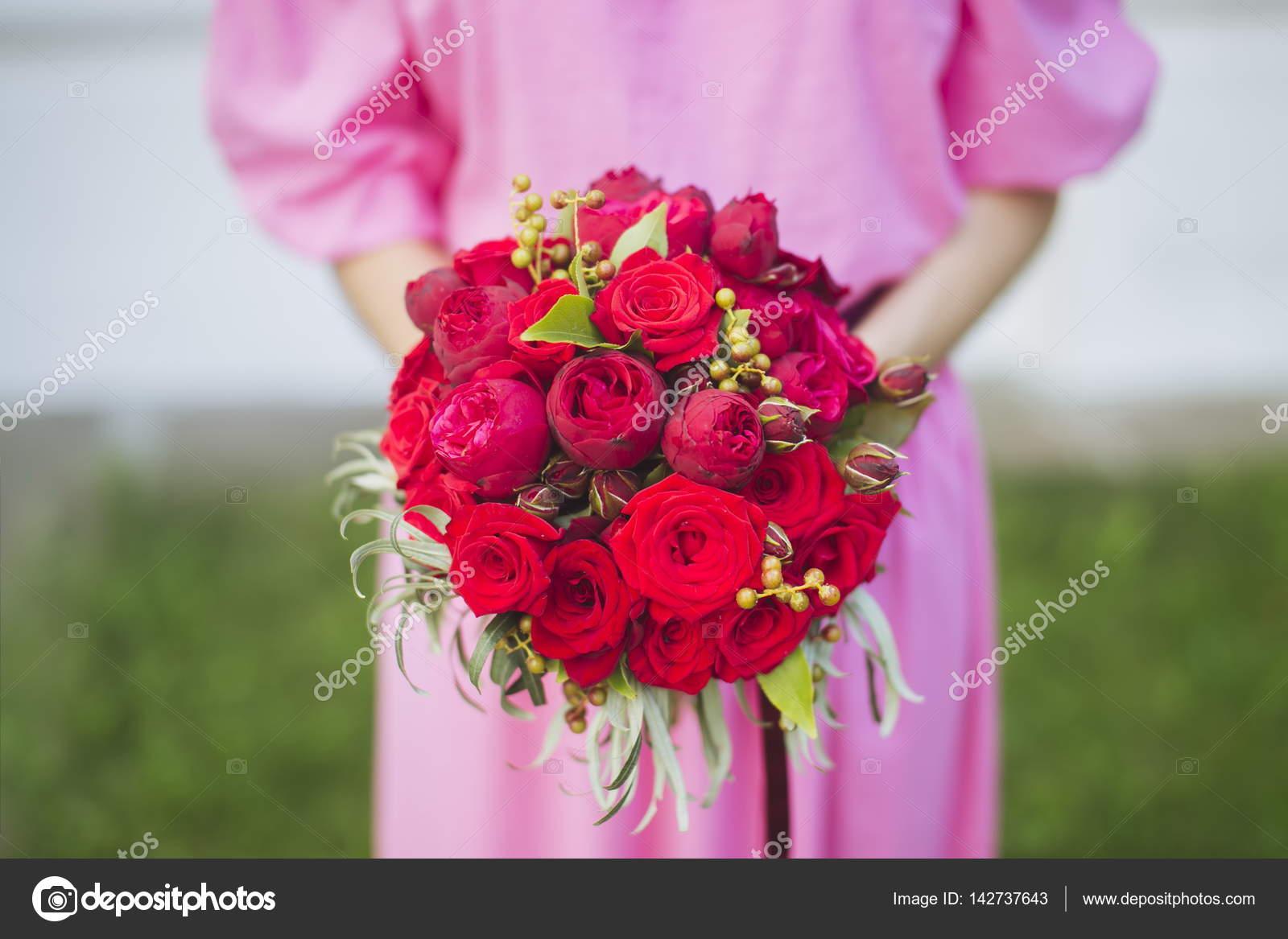 Bride with a wedding bouquet — Stock Photo © Lyoshanazarenko #142737643