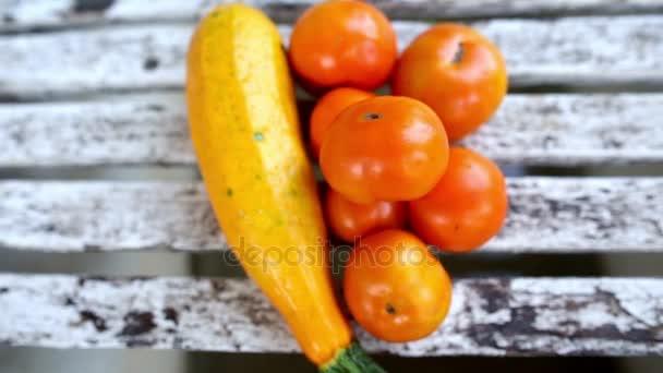 Uvádění čerstvých zralých rajčat cherry nad ostatní zelenina na zahradě