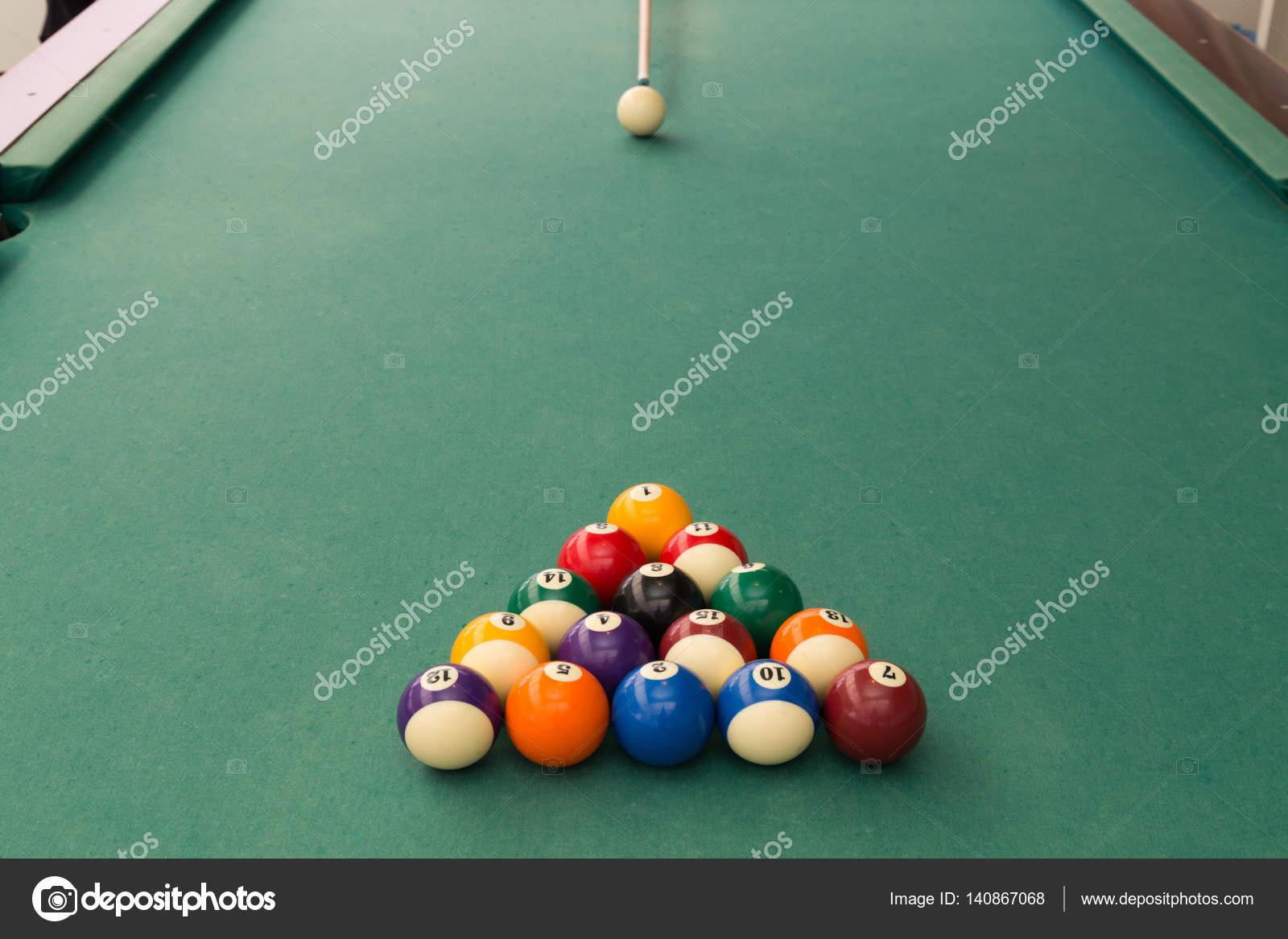 Bianco mira palla per rompere snooker biliardo tavolo da biliardo ...