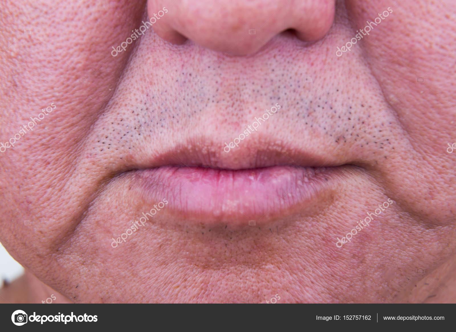 Primo piano sulla pelle saggy guancia dell 39 uomo asiatico for Piani di caverna dell uomo