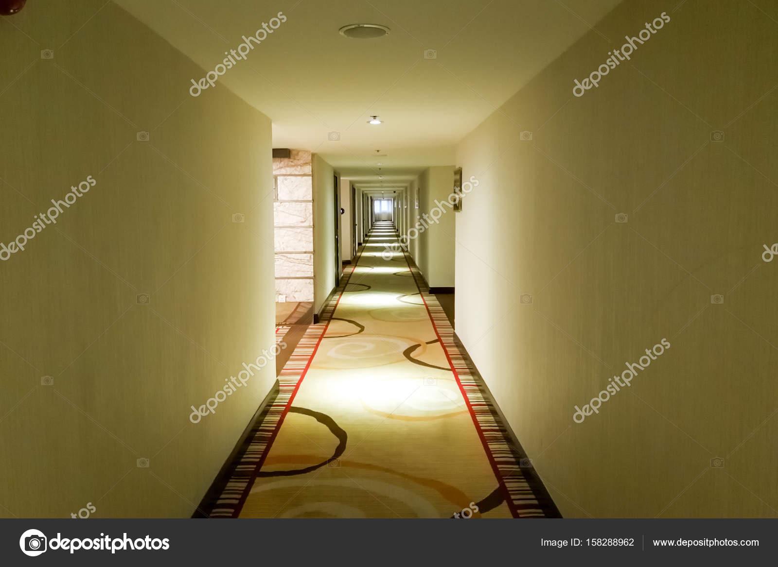 Lungo Il Corridoio In Inglese : Corridoio lungo scuro con luce da soffitto u foto stock thamkc