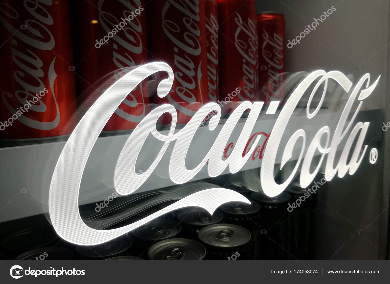 Amerikanischer Kühlschrank Coca Cola : Minsk belarus mai coca cola glas flaschen kühlschrank hautnah