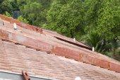 Fotografie Profil staré střešní tašky s únik na bytový dům