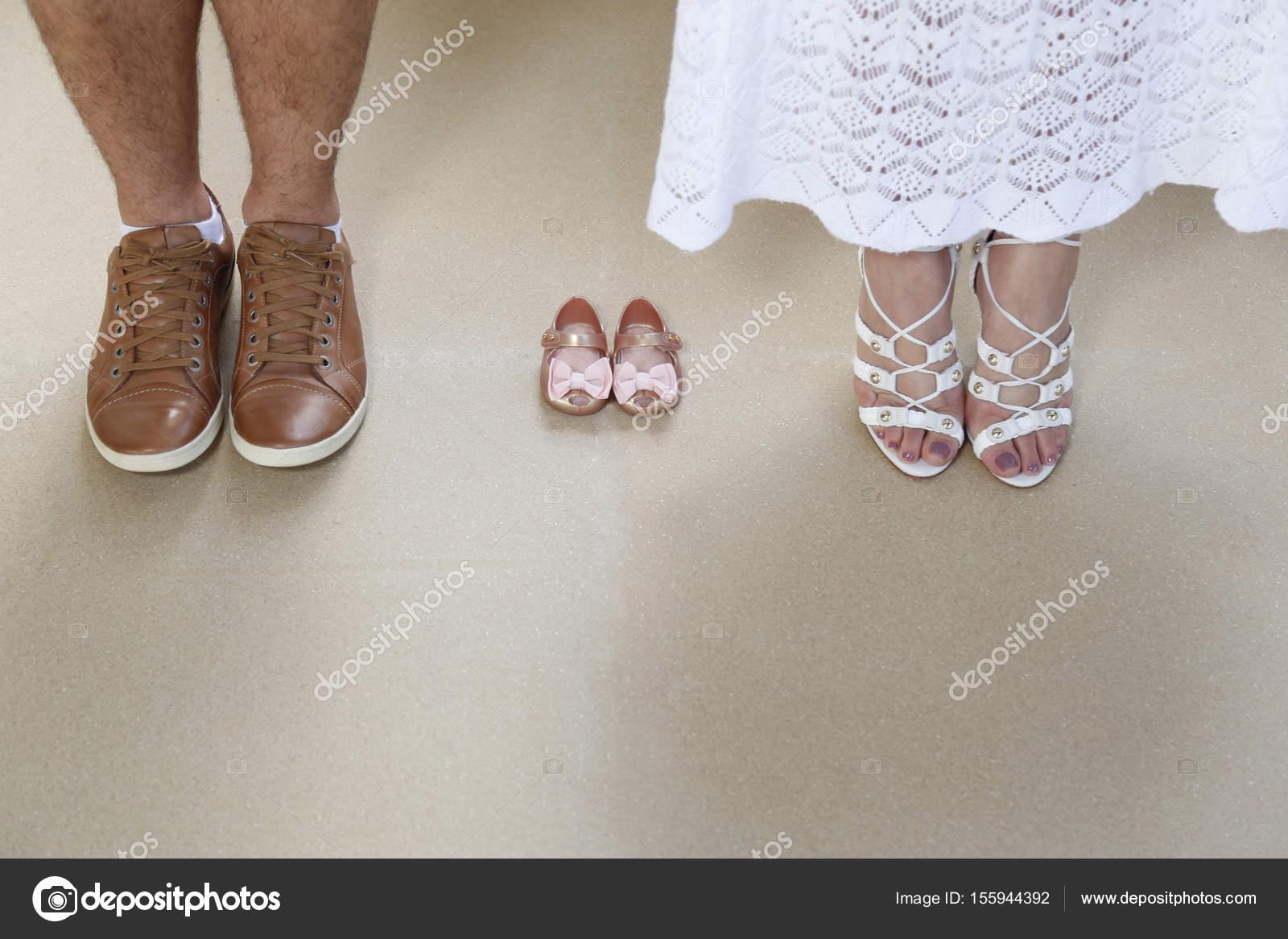 822192992dd66e1 Беременная ноги пара в ожидании малыша– Стоковое изображение