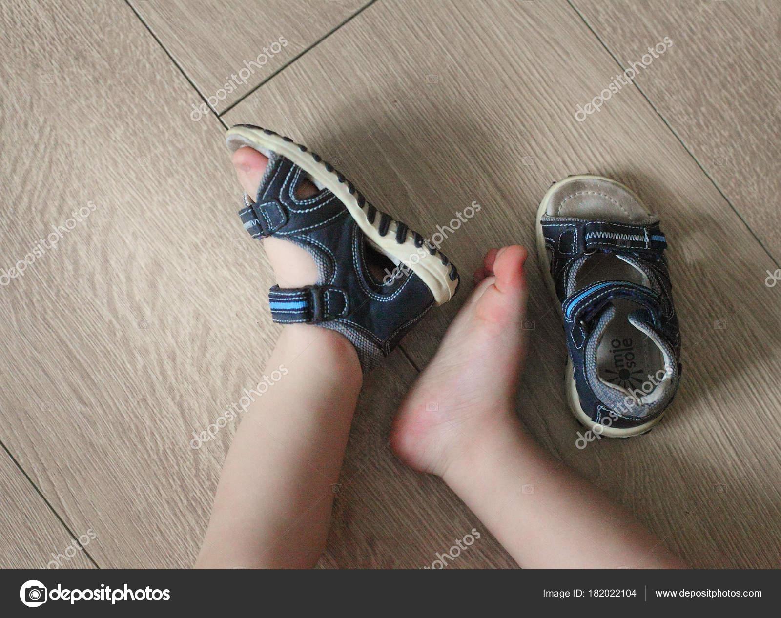 e2e25f05a1b Zachte Benen Van Baby Kinder Sandalen Hun Voeten Peuter Schoenen — Stockfoto