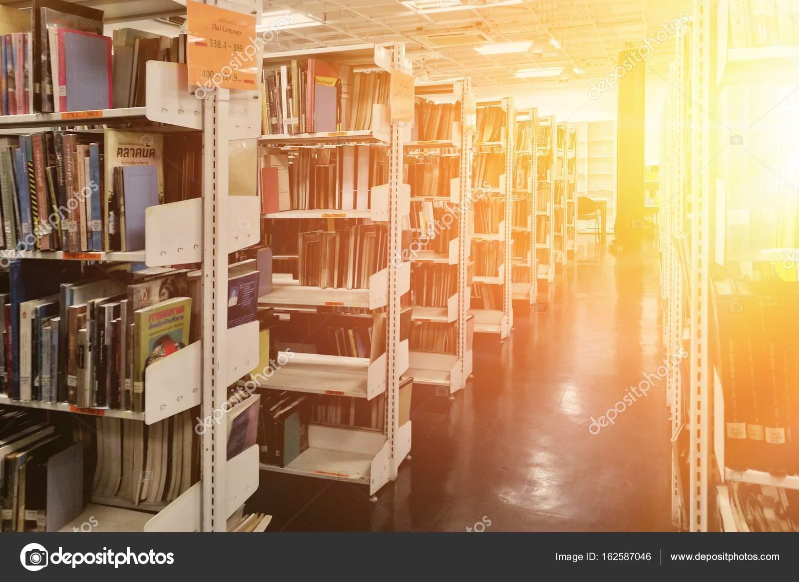 oude boeken op de boekenplank bibliotheek met grote boekenkast boekenkasten literatuur stockfoto