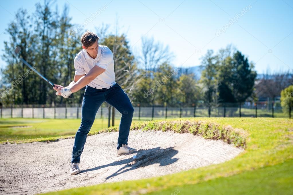golfer een chip schot op de groene spelen — stockfoto © danedwards