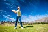 golfista hraje ránu na fairwayi