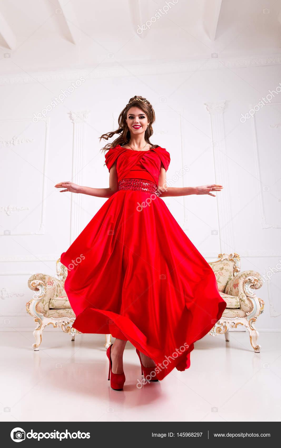 design senza tempo 00ecf fa7c5 Donna elegante in un vestito rosso lungo sta levandosi in ...
